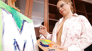 Creative Housewife Getting Naughty During Painting - MatureNL
