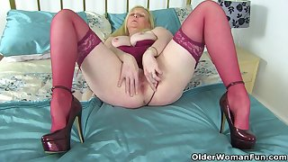 British milf Fiona gives her shaven fanny a treat